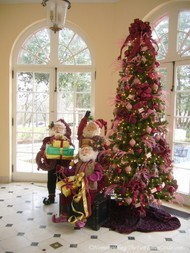 Pink_Palace_breakfast_room_with_Santas_elves.JPG