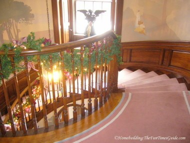 Tate_House_grand_staircase_with_angel.JPG