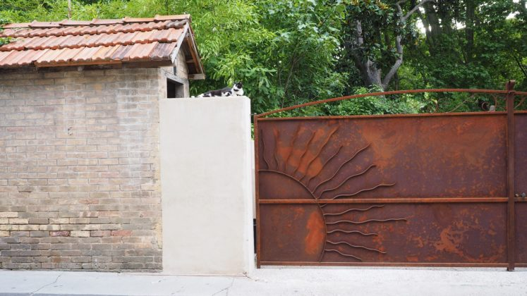 an example of a beautiful automatic driveway gate